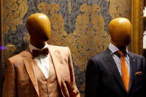 スーツを着た木のマネキン
