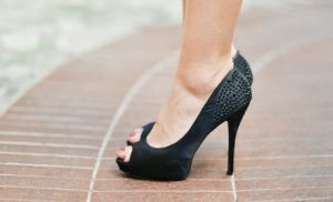 ハイヒールの女性の足元