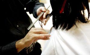 女性をカットする男性美容師