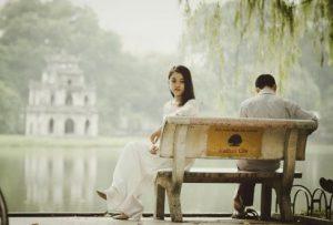 ベンチに座る美女と野獣