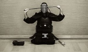 剣道の面をする男性