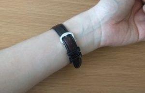 腕時計のベルトのバックルの位置