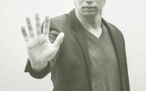 手をかざす男性