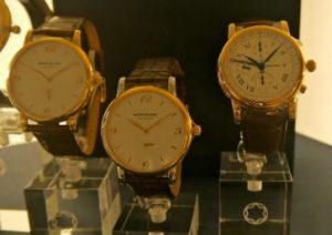 高級そうな三本の腕時計