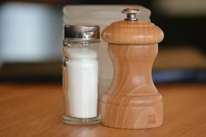 食堂の調味料の塩と胡椒