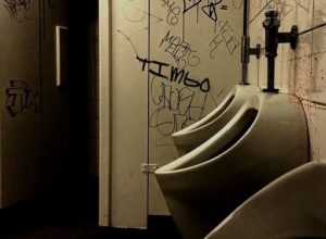 悪臭が漂っていそうな汚いトイレ